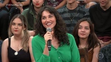 Débora Nascimento diz que parto durou 16 horas - A atriz revê imagens no telão do Altas Horas