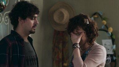 Pedro e Taís planejam chá de bebê com a família - Taís sente sua intimidade invadida e tem uma conversa séria com Pedro