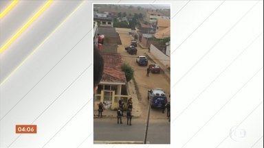 Bandidos fazem família refém por mais de cinco horas durante assalto em Surubim, PE - Duas vítimas ficaram feridas. Na fuga, houve troca de tiros com a PM e três bandidos acabaram mortos.