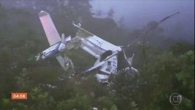 Técnicos apuram causa da queda de helicóptero em Campos do Jordão, SP - Os destroços do helicóptero foram encontrados no começo do sábado (24). Neste domingo (25), os bombeiros resgataram os corpos das seis pessoas que estavam a bordo da aeronave.
