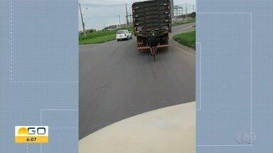 Ciclista é flagrado pegando rabeira em caminhão, em Goiânia - Vídeo foi enviado pelos canais de comunicação da TV Anhanguera.