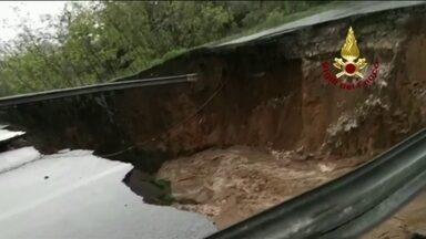 Chuva forte provoca cratera em estrada na Itália - Um carro foi engolido em San Felice Circeo, na região central do país