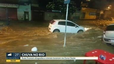 Cidade do Rio de Janeiro está em estágio de atenção por causa da chuva - A chuva que atingiu a cidade no fim da noite deste domingo (25), deixou ruas da Zona Oeste alagadas. Três sirenes foram acionadas na região da Praça Seca.