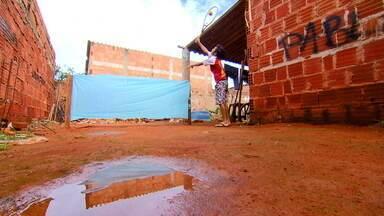 Tenista do Sol Nascente improvisa quadra no quintal de casa - Pablo tem 9 anos e mora no Sol Nascente, a maior favela do DF. O sonho dele é ser um grande jogador de tênis. Por isso, ele improvisou uma quadra no quintal de casa para treinar.