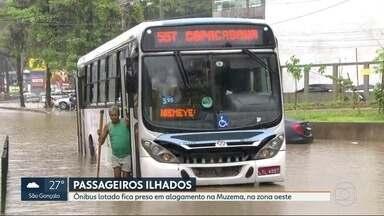 Ônibus lotado fica preso em alagamento na Muzema, na Zona Oeste do Rio - Um dos pontos mais afetados pela chuva foi Muzema e Rio das Pedras. na Zona Oeste do Rio.