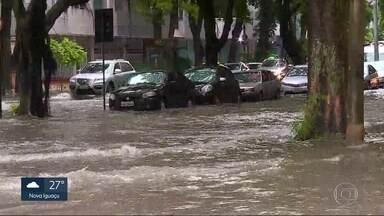 Bolsões d'água deixam trânsito mais lento e causam caos no RJ - A Prefeitura do Rio diz que o esquema para normalizar a situação de chuva na cidade foi rápido. Foram 25 bolsões d'água no início da manhã de segunda-feira (26) e agora há três ou quatro.
