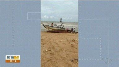 Embarcação fica em alto mar por três dias e encalha em Guriri - O barco ficou destruído.
