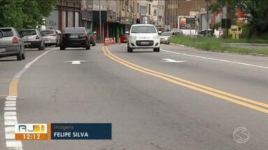 Trecho no bairro Jardim Amália passa a funcionar em mão inglesa em Volta Redonda - Objetivo é acabar com o congestionamento que existe logo abaixo do viaduto e que se prolonga até a rodovia nos horários de pico.