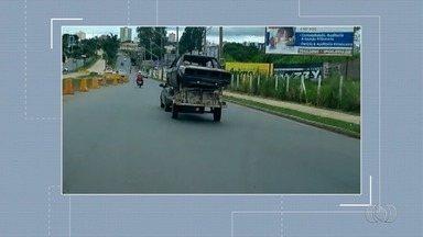 Telespectadores flagram irregularidades no trânsito em Goiânia - Carro trafega por rua levando carcaça em carretinha.