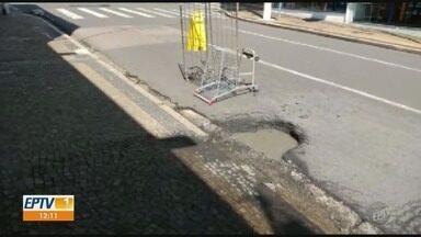 'Até Quando?: Telespectador manda vídeo de buraco na Rua General Osório, em Campinas - Informação é que o buraco foi aberto há dois meses.
