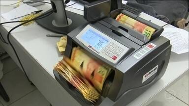 Polícia começa a recuperar dinheiro saqueado durante assalto a banco no Maranhão - A polícia do Maranhão montou uma estrutura para recuperar parte do dinheiro do banco saqueado por moradores - durante um assalto no fim de semana.