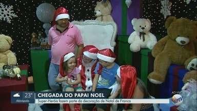 Heróis fazem parte da decoração de Natal de Franca, SP - Personagens acompanham o Papai Noel na cidade.