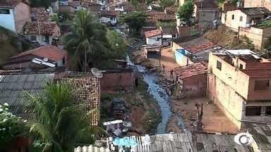 Após águas da chuva invadir casas, Slum realiza limpeza em canal na Grota das Piabas - Repórter Heliana Gonçalves traz mais informações sobre o assunto.
