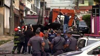Bombeiros retiram destroços do avião que caiu em São Paulo - Os dois tripulantes da aeronave morreram no acidente. Quatro feridos seguem no hospital, com o quadro de saúde estável e sem previsão de alta.