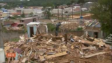 Cidade de Itaperuçu (PR) é destruída por causa de temporal - A semana começou com muito trabalho para os moradores de Itaperuçu, na região metropolitana de Curitiba. No fim de semana, boa parte da cidade foi destruída por um temporal.