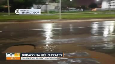 Buraco na avenida Hélio Prates, em Taguatinga, dá prejuízo a motoristas - O buraco fica em frente ao cemitério. sentido Ceilândia. Não existe qualquer sinalização de alerta e os carros acabam sofrendo as consequências: pneusrasgadas e suspensão danificada.