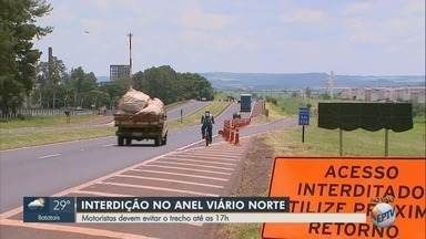 Obra em condomínio interdita o Anel Viário Norte em Ribeirão Preto - Trecho próximo ao quilômetro 332 deve ser librado após às 17h desta terça-feira (4).
