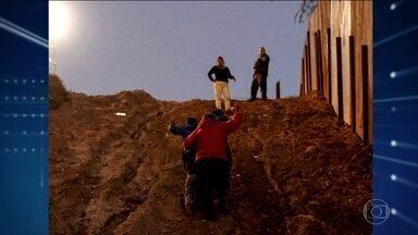 Dezenas de imigrantes conseguem escalar cerca que separa México dos EUA - Trump pressiona congresso a aprovar US$ 5 bilhões extras no orçamento para a construção do muro para separar EUA do México.