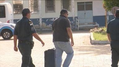 PF prende suspeitos de desviar dinheiro da merenda escolar em Roraima - O atual secretário adjunto de gabinete institucional do governo de Roraima, Shiksá Pereira Pires, foi preso junto com mais três pessoas. Ele é apontado como o chefe do esquema.