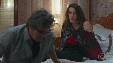 Emiliano vê Solange ao olhar para Lenita - O clima entre os dois esfria e ele pede desculpas pelo acontecido