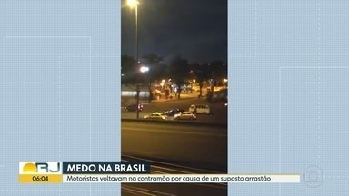 Motoristas dirigem na contramão para escapar de arrastão na Avenida Brasil - Na noite desta quarta-feira (5), bandidos fizeram um arrastão na Avenida Brasil. Motoristas dirigiram na contramão durante os assaltos na altura da Ceasa.