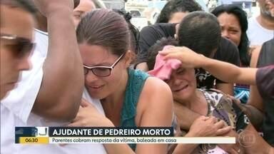 Parentes de ajudante de pedreiro morto cobram resposta da polícia - Morador morreu baleado em casa, na Vila Kennedy.