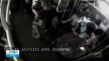 Mulher é pisoteada em teminal de ônibus em Goiânia - Vídeo mostra vítima sendo 'atropelada' por outros passageiros.