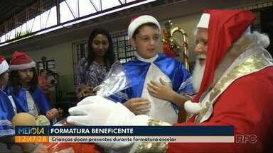 Alunos de escola em Ponta Grossa doam presentes para Campanha Natal RPC - Eles se reuniram e entregaram os brinquedos para o Papai Noel no dia da formatura.