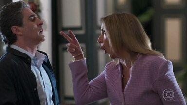 Neuza flagra Tavares ajudando Solange e fica furiosa - Ela dá um passa fora daqueles no marido