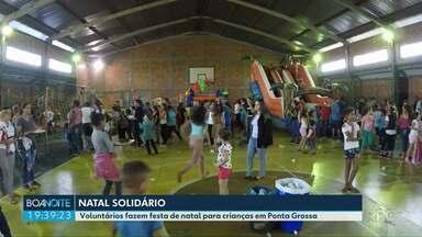 Voluntários fazem festa de Natal para 600 crianças em bairro de Ponta Grossa - Já são mais de 20 anos de festa, que começou pequena e hoje alegra muitas crianças no bairro Órfãs.