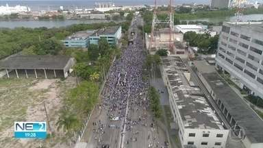 Devotos sobem o morro e acompanham procissão para homenagear Nossa Senhora da Conceição - Eventos religiosos ocorreram neste sábado (8), no Centro e na Zona Norte do Recife