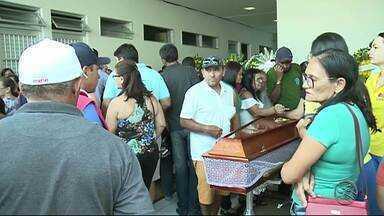 Corpos das cinco pessoas da mesma família mortas no Ceará são enterrados em PE - Familiares foram feitos reféns e mortos em tiroteio que deixou 14 pessoas mortas em Milagres.
