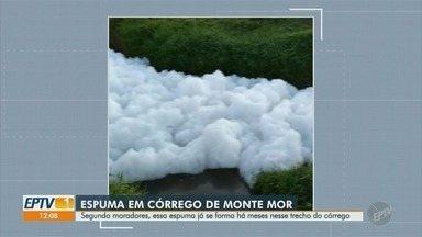 Moradores reclamam de espuma em córrego de Monte Mor - Moradores do Bairro Água Comprida registraram a situação, que incomoda a cidade há meses.