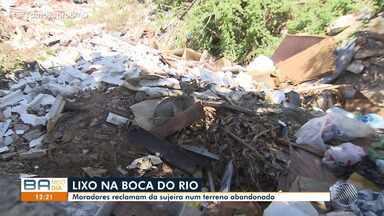 Moradores reclamam de sujeira em terreno abandonado na Boca do Rio - A reportagem foi até o local conferir o problema.