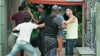 Pérola surge com a policia e salva Alex e Kavaco - A policia apreende os bandidos