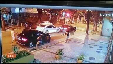 Motorista sobrevive após seu carro ser fuzilado em tentativa de assalto no RJ - Bandidos com armamento pesado tentaram roubar um carro no Rio de Janeiro e causaram pânico nas ruas. Um dos ladrões chegou a fuzilar o veículo. Foram mais de 20 tiros.