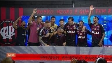 Atlético-PR vence a Copa Sul-Americana - Após o título, os jogadores comemoraram muito. Teve jogador que se emocionou por causa do pai, que quase desmaiou e um que confessou ter superado o alcoolismo.
