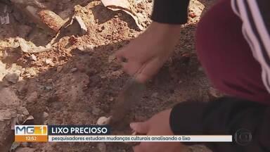 Materiais são recolhidos de aterro sanitário para pesquisa em Belo Horizonte - Pesquisadores estudam mudanças culturais analisando o lixo.