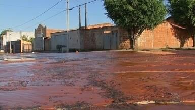 Adutora se rompe e abastecimento de água é suspenso em bairros de Bauru - Uma adutora se rompeu na manhã desta sexta-feira (14) em Bauru (SP), na Rua Benedito Raymundo Matos, na Vila São Paulo, e deixou moradores de vários bairros sem água.