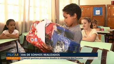 Crianças recebem presentes da campanha Papai Noel dos Correios - Foram entregues 4 mil presentes a crianças de Londrina.