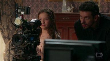 Alain mostra a Priscila os segredos do cinema - Isabel se emociona ao ver os dois se dando bem