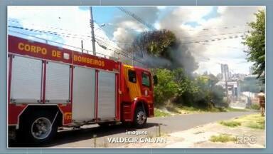 Incêndio consome duas casas e atinge igreja na Ronda, em Ponta Grossa - Dois jovens estavam no local mas conseguiram sair ilesos.