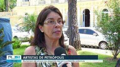 Artistas reclamam de falta de pagamento em Petrópolis - Assista a seguir.