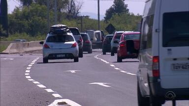 PRF intensifica fiscalização em rodovias do RS durante Operação Rodovida - Não é permitido transitar no acostamento, alerta a PRF.