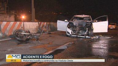 Motorista invade contramão, atinge moto, e carro pega fogo em Belo Horizonte - Bombeiros foram chamados para apagar as chamas, mas capô ficou destruído e airbags derreteram.