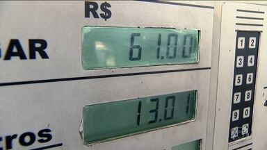 Venda de combustíveis vem registrando queda neste ano - Nos últimos 12 meses houve uma diminuição de 5,6% no volume de vendas de combustíveis e lubrificantes, na comparação com o mesmo período do ano passado. Crise econômica e mudança de hábitos são explicações.