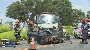 Moradores lamentam acidente que deixou 6 mortos em rodovia de Batatais, SP - Carro bateu em caminhão, que tombou sobre outro veículo na Rodovia Altino Arantes.