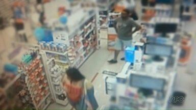 Polícia procura casal que cometeu furtos em lojas - Quem tiver informações deve entrar em contato com a polícia.