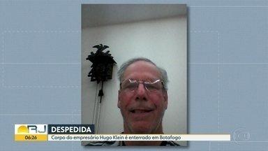 Corpo do empresário Hugo Klein é enterrado em Botafogo - Parentes e amigos foram se despedir do empresário. Ele foi assassinado, numa tentativa de assalto, na Lagoa, na madrugada de segunda-feira (17).