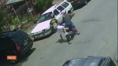 Mãe fica pendurada em carro ao tentar tirar criança da cadeirinha durante assalto em SP - Ela foi rendida pelos bandidos quando chegava em casa. A mulher ficou pendurada no carro, mas conseguiu salvar a criança.